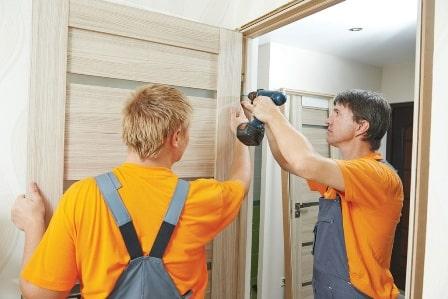 Установка деревянных дверей – картинка