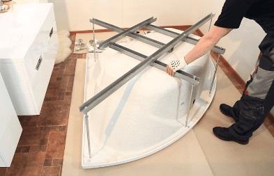 Установка угловой ванны на каркас своими руками фото